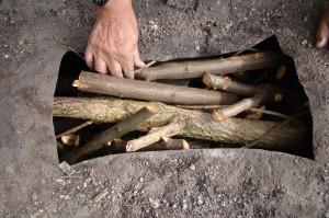 炭焼き窯に間伐材や倒木を入れているところ