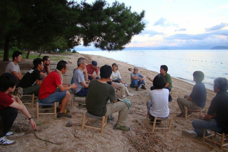 琵琶湖の浜辺で受講者が講座の感想をシェアしている様子 2014年グリーンウッドワーク指導者養成講座@ほとり・ポトリ