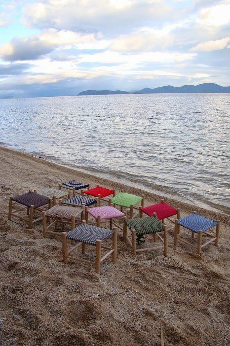 完成した椅子を琵琶湖の浜辺に並べて記念撮影 2014年グリーンウッドワーク指導者養成講座@ほとり・ポトリ