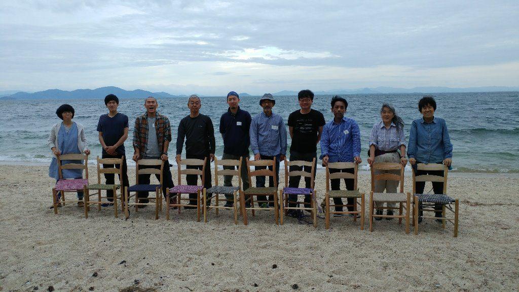 完成した椅子と一緒に記念撮影 グリーンウッドワーク「ラダーバックチェア作りワークショップ」@ほとり・ポトリ