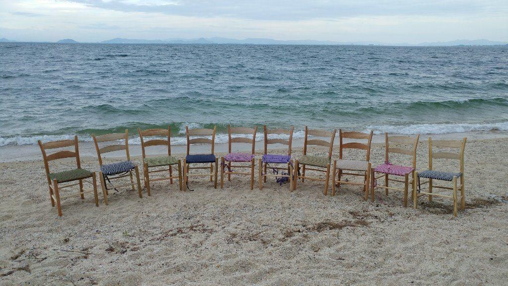 完成した椅子を琵琶湖の浜辺に並べて撮影 グリーンウッドワーク「ラダーバックチェア作りワークショップ」@ほとり・ポトリ