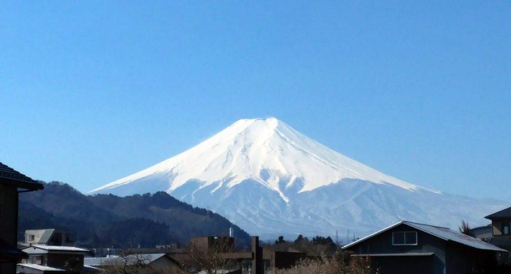 青空の下の富士山